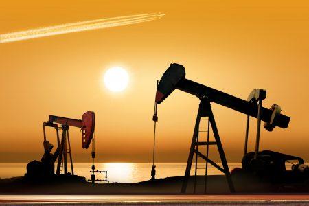 运作的油泵在日落的农村地方